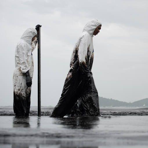 Miles de litros de crudo tiñen de negro las costas del Golfo de Tailandia - RTVE.es  Miles de litros de crudo tiñen de negro las costas del Golfo de Tailandia http://www.rtve.es/f/117275/ vía @Rtve