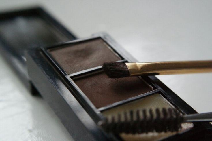 Studio Peress - blogpost over de vorm van de ideale wenkbrauwen en over hoe je ze zelf kunt bijtekenen.