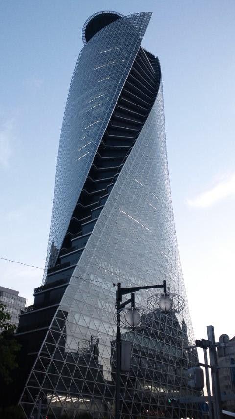 Het is een ronde toren met een mooie draai erin. Tegenwoordig worden er bijna alleen nog maar rechthoekige torens gemaakt, wat ik zelf heel jammer vind. want door deze ronde beweging lijkt het alsof het gebouw meer leven uitstraalt.