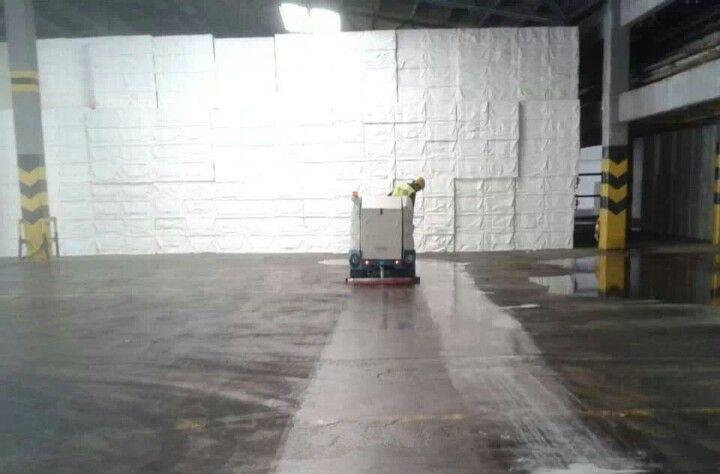 Fregadora Tennant 7300 en fábrica de celulosa: limpieza impecable