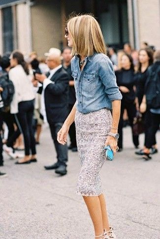 Blaues Jeanshemd, Grauer Spitze Bleistiftrock, Silberne Uhr für Damen