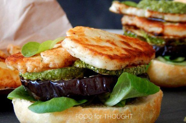 Είναι πεντανόστιμο, είναι χορτοφαγικό και απόλυτα καλοκαιρινό σάντουιτς με ψητό χαλούμι, κολοκυθάκια, μελιτζάνες και πέστο