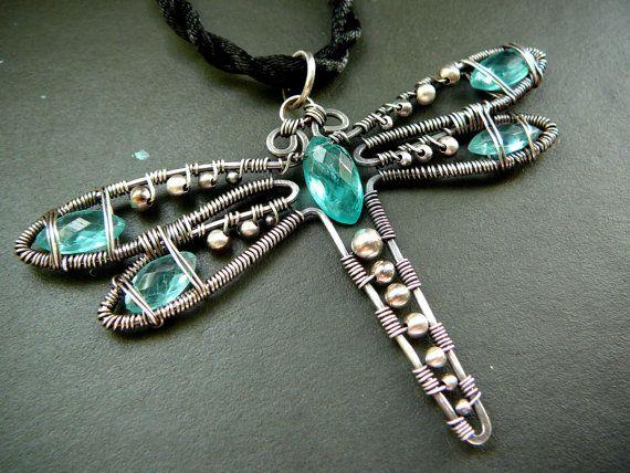 Ciondolo libellula Wilma Wingtips - filo avvolto in argento e pietre dure apatite