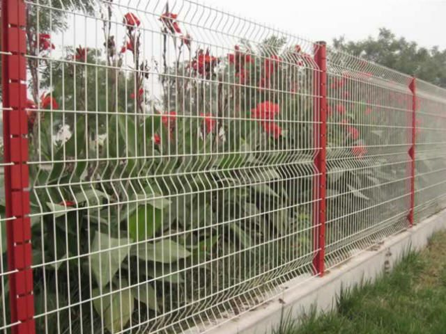 Awesome Garden Fence Can Use Recycled Cement Blocks And Other Recycled Materials