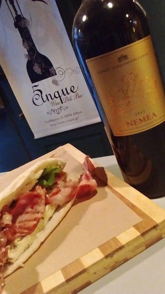 Λαχταριστή piadina,με μπέικον,τυρί για σαγανάκι ψητό και μαρούλι! Απολαύστε τις γεύσεις με ένα ποτήρι Νεμέα Γκόφας!