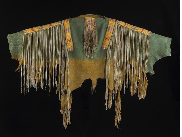 Военная рубаха Сиу. Предположительно Standing Rock или Fort Peck Reservations или Aльберта Канада.  Коллекция Arthur Soergel, Эльджин, Иллинойс.