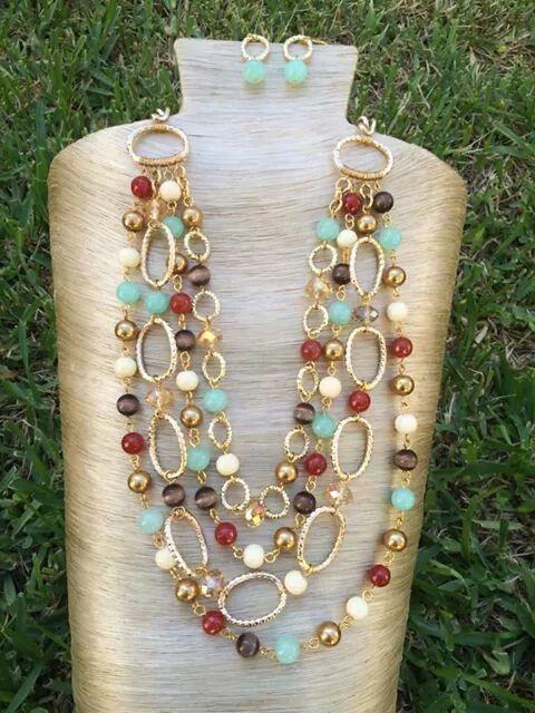 Collar piedras y cristales de cuatro tiras con cadena dorada de aluminio