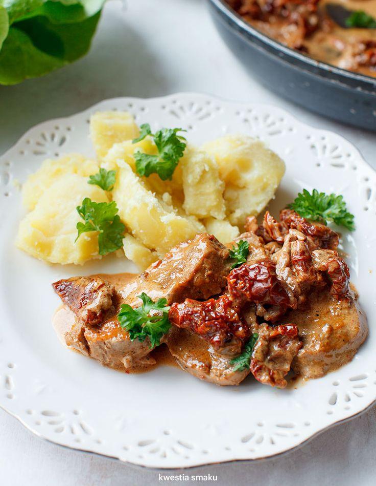 Polędwiczki wieprzowe w kremowym sosie z whiskey i suszonymi pomidorami