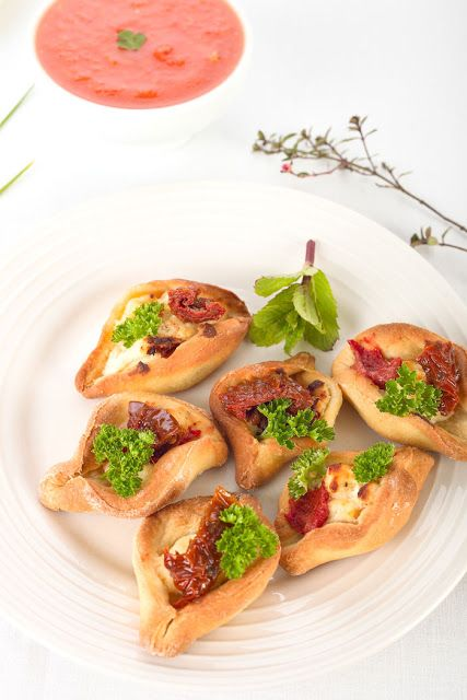 Greckie łódeczki z suszonymi pomidorami i serem. Przepisy. http://dolcevitainmykitchen.blogspot.de Edyta Guhl.