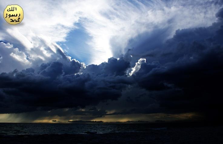 Hz.Nuh,kavmini Allah'ın azabına karşı birçok kez uyardığı halde, onlar Hz. Nuh'u yalanlamış ve şirk koşmaya devam etmişlerdir. Bunun üzerine Allah Hz. Nuh'a, inkar edip zulmedenlerin suda boğularak azaplandırılacağını ve iman edenlerin kurtarılacağını haber vermiştir. Andolsun, Biz Nuh'u kendi kavmine gönderdik, o da içlerinde elli yılı eksik olmak üzere bin sene yaşadı. Sonunda onlar zulmetmekte devam ederlerken tufan kendilerini yakalayıverdi. (Ankebut Suresi, 14)