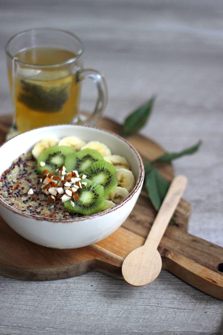 Porridge de Quinoa Ingrédients pour un bol : 100 gr de quinoa * 500 ml de lait de soja * Arome vanille Miel * 1/2 banane * 1 kiwi 5 amandes *  Préparez votre quinoa. Portez à ébullition le lait avec le miel et la vanille.  Ajoutez le quinoa et baissez le feu. Recouvrez la casserole et laissez gonfler 30min. Pendant ce temps coupez vos fruits. Préparez votre bol.