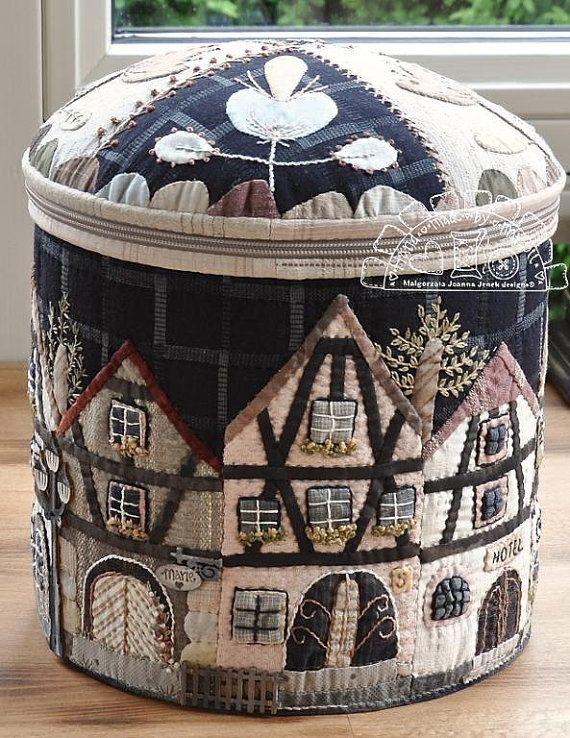 Cet adorable rond XL box - modèle: maisons de ville à Alsace(c) ce qui a inspiré par la région culturelle et historique en Lorraine, situé sur la rive ouest du Rhin supérieur, adjacent à l'Allemagne et la Suisse. Toutes les maisons traditionnelles avec des murs en bois de charpente et toiture en tuiles plates - juste volé mon coeur! J'ai décidé de faire un grand rond, zip boîte fermée avec des motifs d'appliques de maisons de ville alsacienne... Même le rabat de cette boîte est décoré de…
