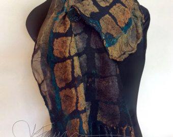 Deze scarflette/shawlette kan is tussen een sjaal en kleine sjaal of een cowl nek. Het is gemaakt van zijde chiffon 6 mm print en zijde gaas. Er zijn ook heel een paar ruches langs de randen gemaakt van zijde organza en heeft nuno partement op één eind anderzijds einde heeft een uniek hand-geverfde kokosnoot-knop. Het heeft ook gaten die door kun je de vaste uiteinden vilten. Het kan op verschillende manieren gedragen worden. De techniek heet nuno vilten of lamineren wol en zijde na vele...