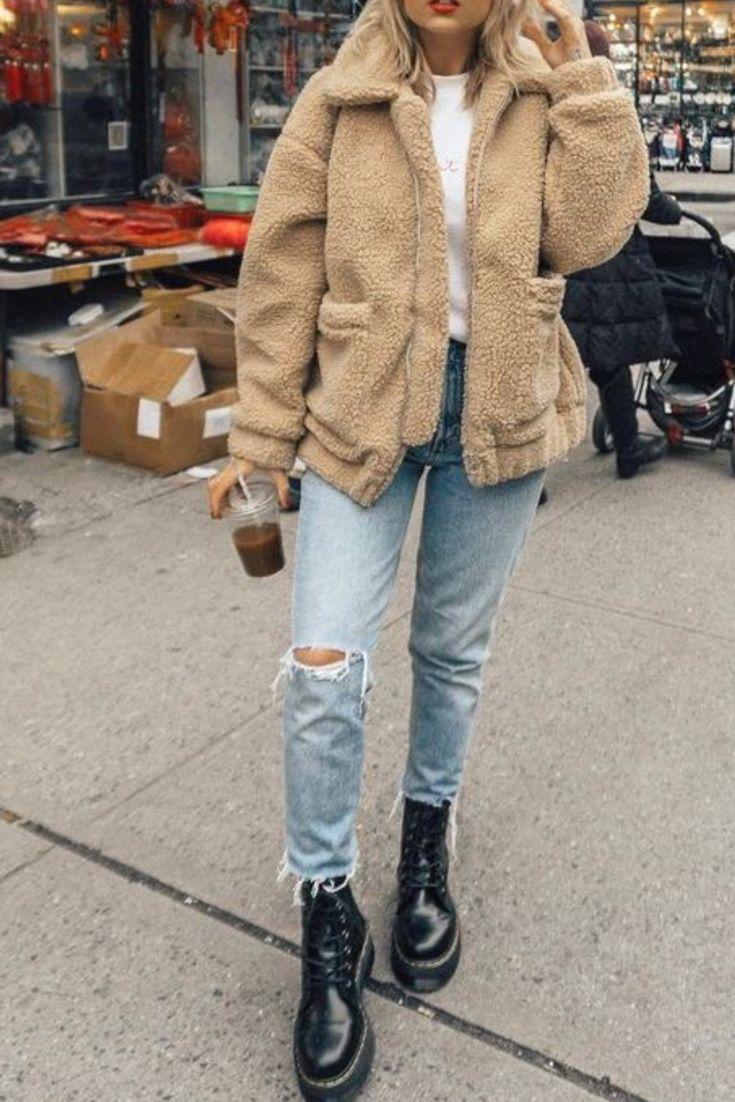 Trendige Herbst- / Wintermode für Damen mit Urban Outfitters Plüsch-Beige-Plüschjacke, kurzen Jeans und Rockstiefeln
