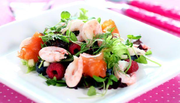 Sommersalat med reker, røykt laks, bringebær og blåbær