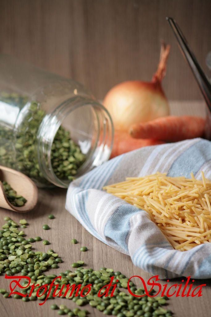 Il Macco di Piselli Secchi è una ricetta popolare siciliana meno conosciuta del classico macco di fave ma altrettanto buono e semplice da preparare, perfetto per grandi e piccini e per riscaldare la pancia durante le fredde giornate invernali. Potete gustarlo caldo appena preparato o riposato.