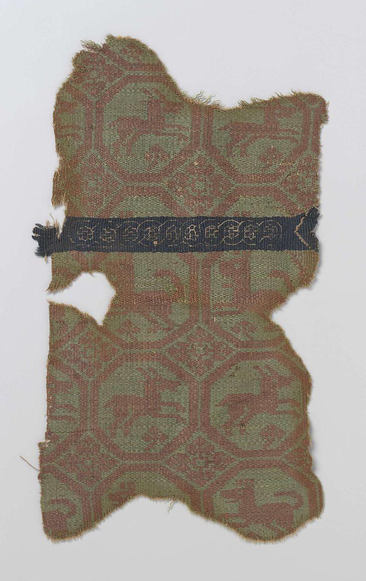 Anonymous   Weefselfragment, Anonymous, c. 400 - c. 599   Weefselfragment met een rood patroon op groen grond, bestaande uit achthoeken, afwisselend gevuld met een naar rechts springend hert of een naar links lopende hond. Tussen de achthoeken een gestileerd bloemmotief. Het patroon wordt onderbroken door een horizontal band van donkerblauw met in vliegende draadtechniek een aaneengeschakeld cirkelmotief.
