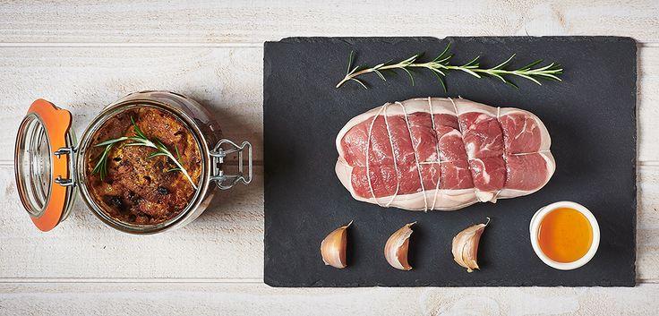 Faire fondre le beurre dans un faitout, ajouter l'huile d'olive et faire dorer le rôti de chaque côté. Une fois le rôti doré,y piquer l'ail, saler, poivrer et ajouter le romarin. Retirer du feu et badigeonner le rôti du mélange moutarde-miel. Introduire le rôti dans une TerrineLe Parfait Super ou Le Parfait Familia Wissjusqu'à 2 cm du bord (sans ajouter de liquide). Procéder