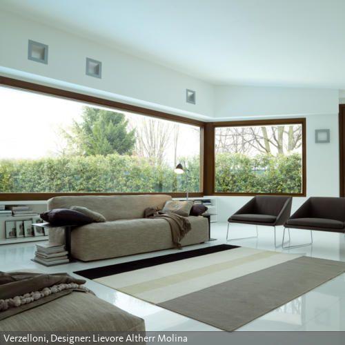 Naturtöne Und Strahlendes Weiß Lassen Das Zimmer Frisch Und Modern Wirken.  Das Sofa In Meliertem