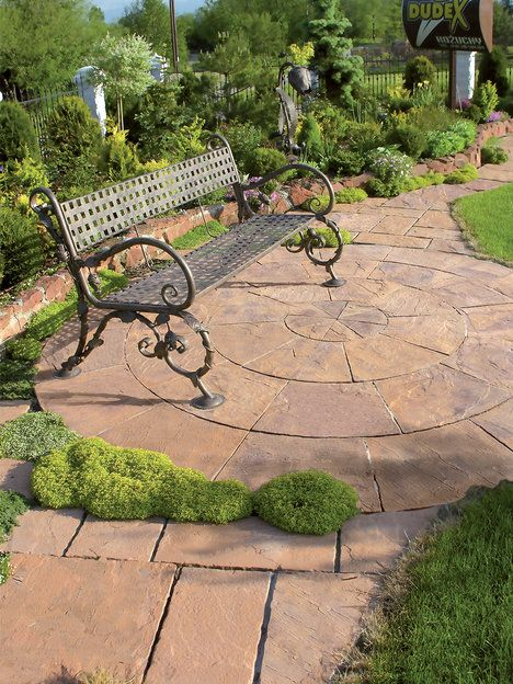 Betonová dlažba Tesaný kámen je vyráběna v různých tvarových kombinacích a s mnoha doplňky. Dlažba silná 4 cm se dodává kombinovaně nebo v jednotlivých rozměrech. Cena 875 Kč/m² ; Betnontvar