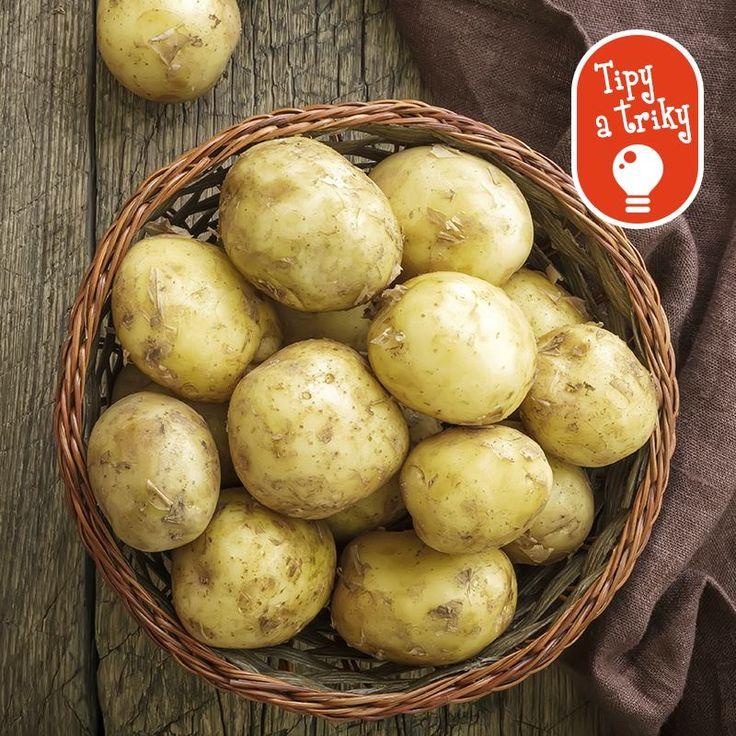 Aj vy doma vediete nekonečné hádky o tom, kto dnes naškrabe zemiaky na obed?  Pred čistením namočte zemiaky do slanej vody. Kuchynské spory budú o niečo mierumilovnejšie.