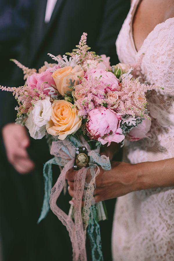 Ανθοδέσμη με παιώνιες, ορτανσίες και mini roses σε απαλές, παστέλ αποχρώσεις του ροζ και ροδακινί με συνοδεία από λεπτεπίλεπτη αστίλβη και πρασινάδα στο χρώμα της μέντας. Λεπτομέρεια με vintage καρφίτσα. See Full Post  Photography by PAHOUNTIS PHOTOGRAPHY