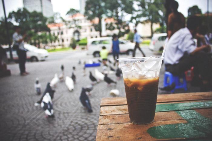 Bere una tazza di caffè tradizionale vietnamita da venditore ambulante, sedersi in un bel posto guardando la gente che passa è una delle