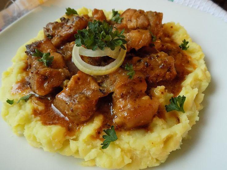 Maso nakrájíme na větší kousky a cibuli na klínky. Smícháme hořčice, olej, med a papriku. Do pekáčku dáme obě cibule, česnek a osolené...