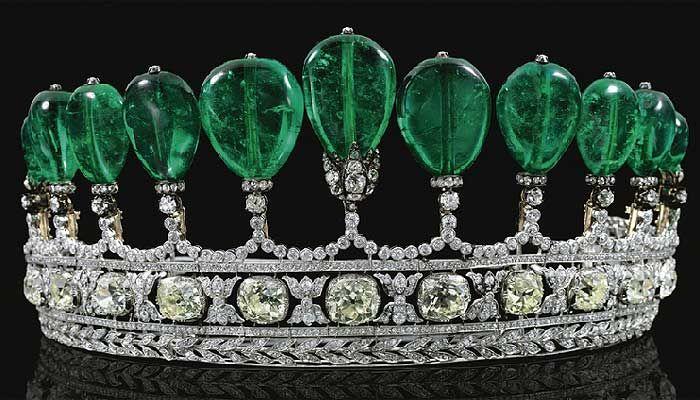 7ºlugar entre as jóias mais caras do mundo.Tiara de diamantes e esmeraldas pertenceu à coleção da princesa Katharina Henckel Von Donnersmarck, 1900, US$12,2milhões. Base é uma linha central c 11 esmeraldas, 500 quilates.Divulgação/ Sotheby's