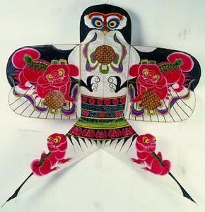 Воздушные змеи в Китае называются также «бумажными фениксами». История изготовления змеев насчитывает примерно 2100-2500 лет. Первые воздушные змеи изготавливались из веток и листьев. А во времена династии Хань уже появились бумажные змеи.