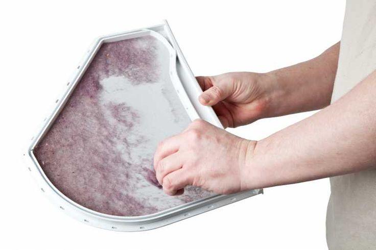 Mit der Hand kann das Flusensieb Ihrer Waschmaschine von groben Verschmutzungen gereinigt werden.