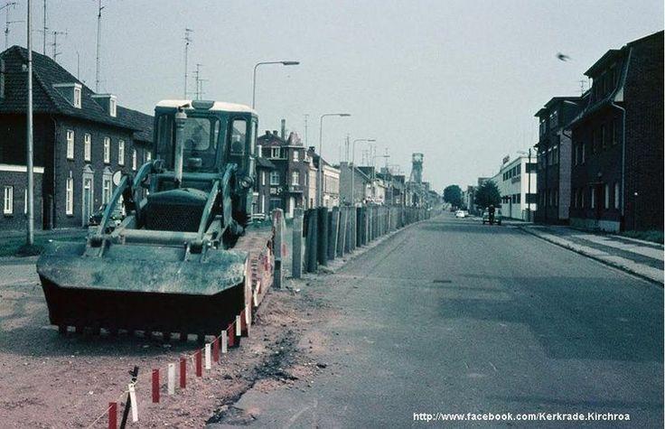 Kerkrade<br />Kerkrade: De Nieuwstraat in 1967 bij het verwijderen van de draardversperring en de betonpalen waar de draden tussen gespannen waren
