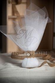 Μένη Ρογκότη - Μπομπονιέρα γάμου κλασική με λινάτσα και πέρλα.