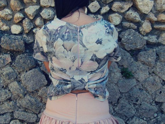 Delizioso top in cotone jacquard a fiori nei toni del rosa chiaro e grigio chiaro, corto in vita, scollo a barca, maniche corte, chiusura con zip