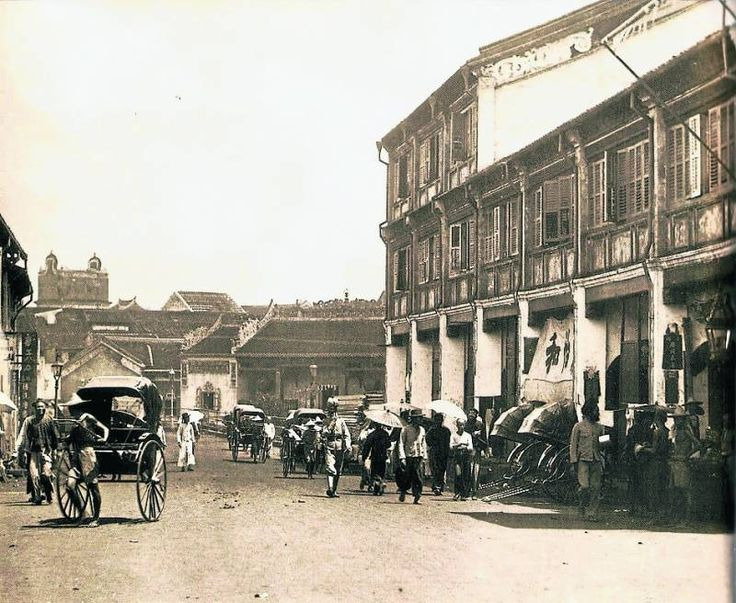 Petaling Street taken in 1890s, facing the old Fui Chiu Clan Hall. The iron railings installed in front of the Fui Chiu Clan Hall is the evidence that the stream was still there at the time and also visible on the left in the photo is the mystical Guangdong style highrise   (courtesy of Royal Selangor Pewter)