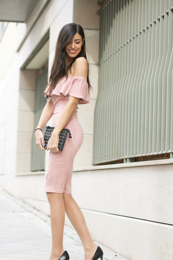 midilema.com | New Year's Eve inspiration | Claudia Peris is wearing a dusty pink off the shoulder dress with ruffles, black pumps, black clutch with golden details, and golden necklace. // Claudia Peris lleva vestido planar de honor con volantes en el escote de color rosa palo, tacones negros, bolso de mano estilo sobre de color negro con tachuelas doradas, y collar dorado.