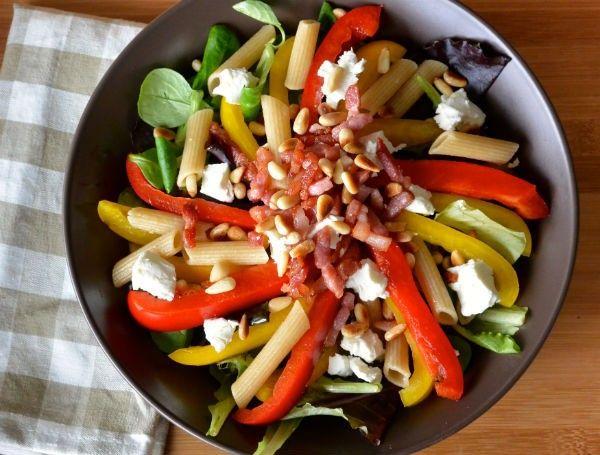 Salade met speltpasta, geitenkaas en spekjes
