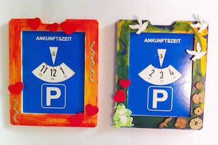 Diese Parkkarten mit Holzrahmen kann man bei crea-casa kaufen (auf der Website unter Bastelideen) und dann mit den Kindern bemalen und bekleben. Auf der R&