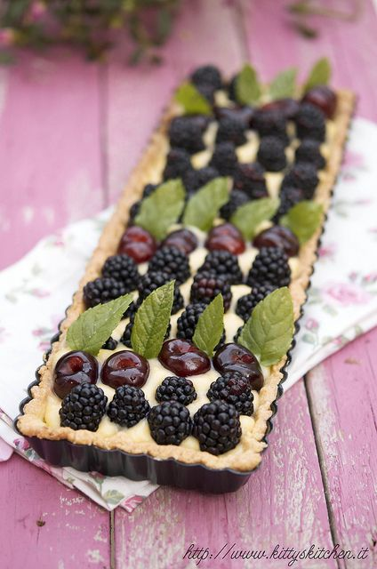beautiful tart with blackberries, cherries and mint. (use google translate)