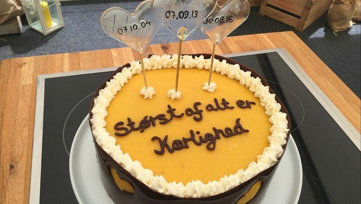 En kage til Dix I syvende program af Den store Bagedyst 2016 bagte Juliane dette flotte mesterværk af en kage. Kagen er et skønt miks af chokolade- og bananbunde med vaniljemousse og banansmørcreme.