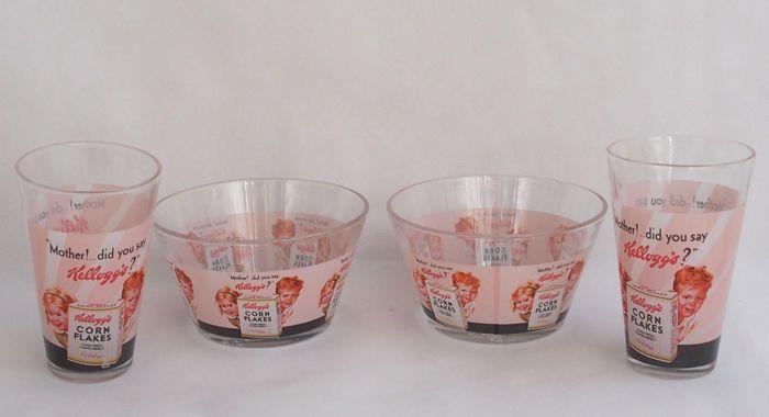 """Kellogg's ontbijt kommen en brillen jaren 1950  """"Moeder! ........ Deed u Say Kellogg's ontbijt kommen en glazen. c. 1950's. Kellogg's logo op het honk.Voorwaarde - goede staat kleine chip op de bovenste rand van 1 kom.Afmeting - 2 kom van 135 x 8 cm 2 brillen 125 x 8 cmTotaal gewicht alle items - 1285 g.Artikelen worden zorgvuldig verpakt en verzonden door geregistreerde bijgehouden en ondertekende scheepvaart.  EUR 1.00  Meer informatie"""