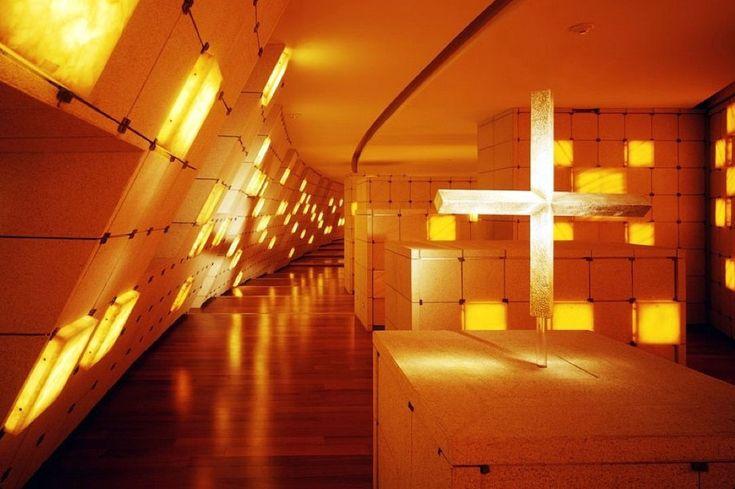 Если бы не крест, никогда бы не догадался, что это необычное здание - церковь. Ее построили на западе Мехико Сити, в районе новостроек. У нас не принято как-то…