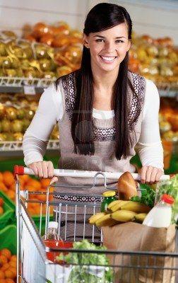 Wizerunek pięknej kobiety z wózkiem patrząc na kamery Zdjęcie Seryjne - 11425881