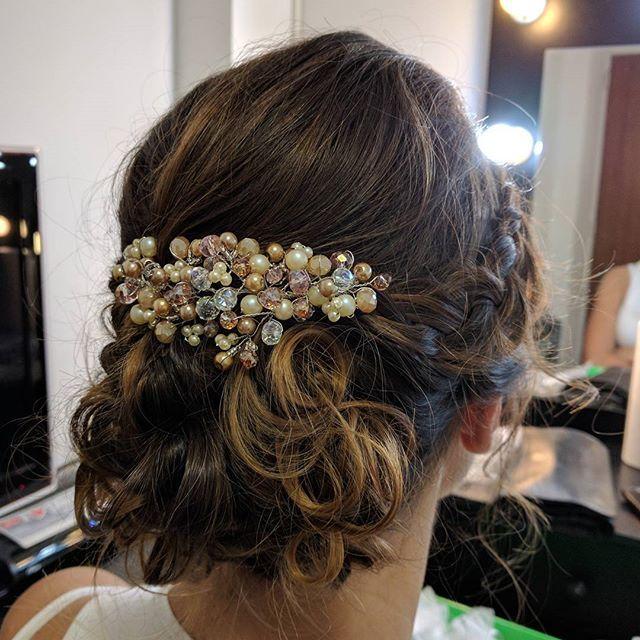 💆🏻¡Hoy comenzamos el curso de #peinado profesional en @institutoinse con el cupo completo de alumnos!💆🏻  Una nueva etapa como profesional, enseñando lo que me encanta hacer.   La foto es un peinado #social que queda soñado en #novias con el #tocado #Bella  realizados por mi.   Si querés que te peinemos o conocer nuestros tocados👉🏼Info@adelaidamercado.com.ar  •  #peinados #peinadosnovias  #novia #brides #bridal #wedding #handmade #accesorios #hairstyle #hair  #recogidos #rulos
