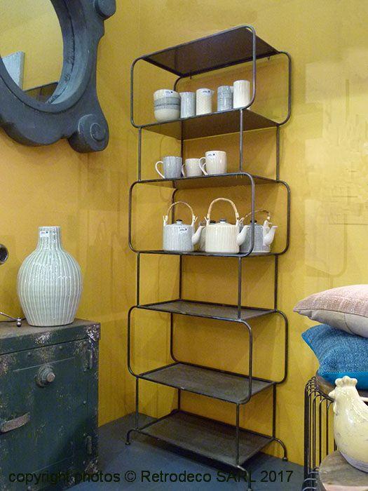 On aime cette bibliothèque Cubos tout en métal faite de cubes surperposées soudés, certains arrondis sur les bords. Elle apportera de l'originalité et du caractère à votre pièce et vous donnera beaucoup de possibilités de rangement et d'exposition. Cette bibliothèque, très sobre, tout en métal gris apportera une note atelier à votre intérieur. Bibliothèque Cubos Hanjel.