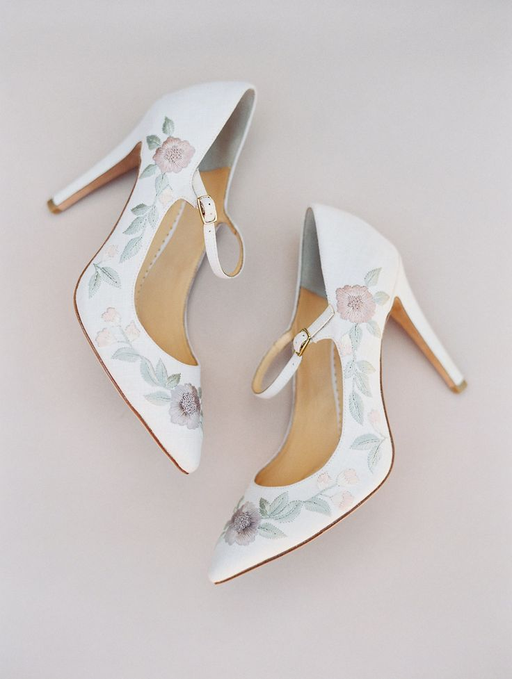 floral and white, vintage, pointed toe wedding pumps | Photography: This Modern Romance