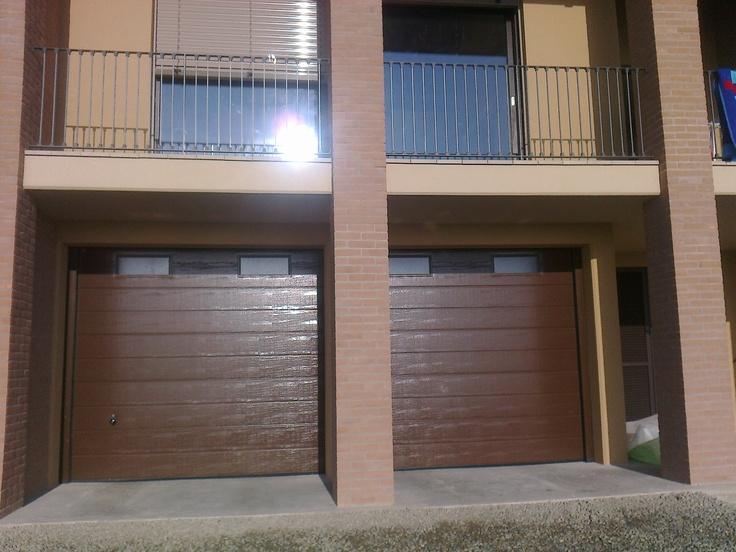 Portoni sezionali da garage LPU con finestratura greca S Woodgrain. Agente Garrone Gabriele