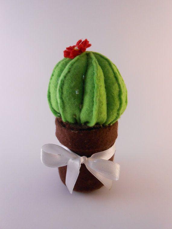 Pianta grassa Cactus verde in feltro con fiore di BlueBupCreations, €5.00