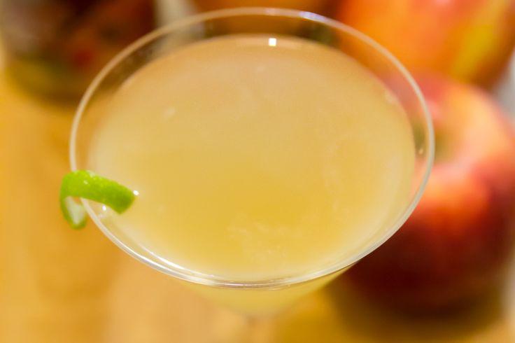 """cocktailworld: """"Apple DaiquiriIngredienti: • 4cl Rum Bianco • 3 cl Succo di mela • 1cl Succo di lime • 1cl Sciroppo di zucchero alla cannella Preparazione: Versare gli ingredienti in uno shaker colmo..."""