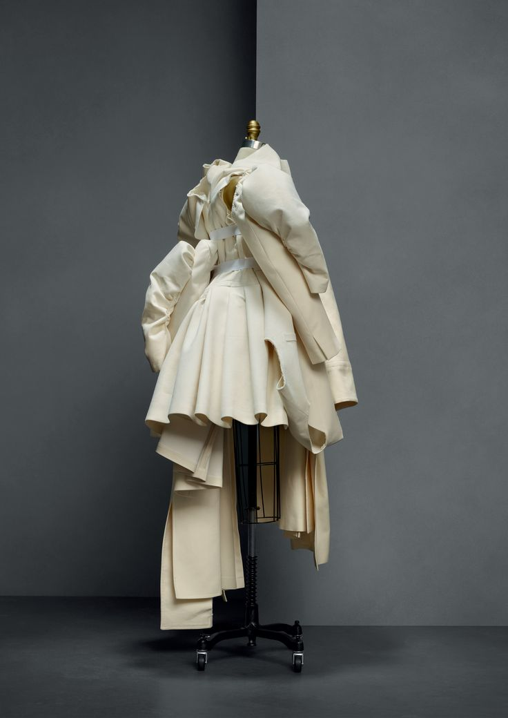 Comme Des Garcons (Japanese, founded 1969), Rei Kawakubo (Japanese, born 1942). Ensemble, spring/summer 2013, Prêt–à–Porter. Ensemble: machine–sewn ivory cotton twill and canvas with white elastic and hand–gathered and –sewn attachments; skirt: machine–sewn, hand–pleated ivory cotton twill. Photo © Nicholas Alan Cope. #ManusxMachina #CostumeInstitute